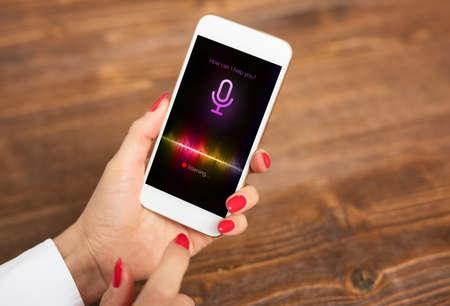 Concetto di assistente vocale sul telefono cellulare