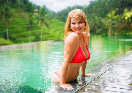 열 대 위치에서 휴가를 즐기는 여자 스톡 콘텐츠 - 98176190