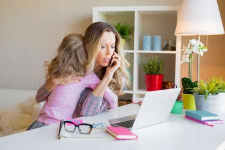 Maman bourrée de travail trop occupée au travail et ignore son enfant