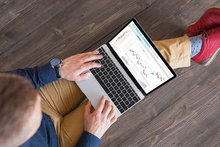 Man trading digital currencies online Banco de Imagens