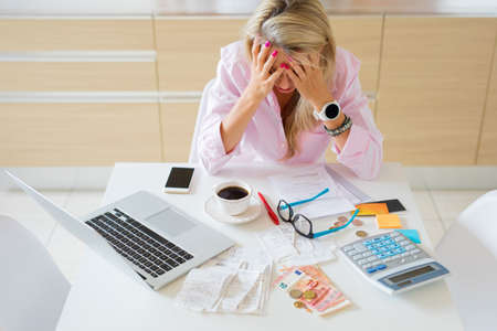 Femme au foyer inquiète ayant des problèmes d'argent et des factures à payer Banque d'images