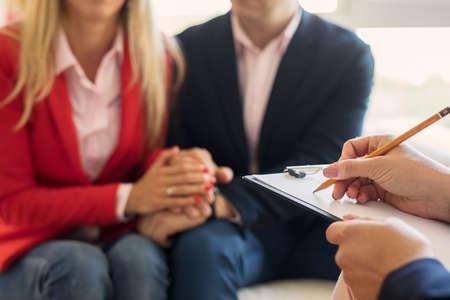 Mann und Frau unterstützen sich gegenseitig bei der Paartherapie