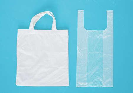 Reusable shopping bag and plastic shopping bag. Imagens