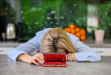 Desperate woman has no money in her wallet