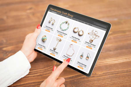 Woman shopping online for custom and hand made jewelry 版權商用圖片 - 163564051