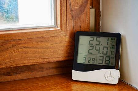 Wetterstation zu Hause. Digitaler Innentemperatur- und Feuchtigkeitssensor.
