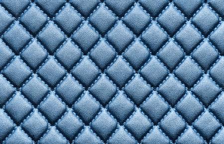 Sztuczna skóra z wytłoczonym niebieskim kolorem. Tekstura tło, widok z góry. Ścieśniać.