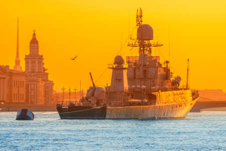 Warship Neva River. Saint Petersburg. Military parade of ships in Russia. Morning in Petersburg. Banque d'images