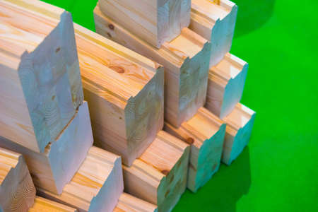 Glued beams. Samples of wood. Materials for the construction of the house. Imagens