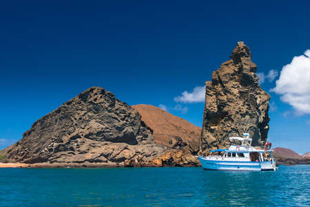 Water trips around the Galapagos Islands. Ecuador. Islands in the Pacific Ocean. Walks on a yacht along the Galapagos Islands. Travel to Ecuador. View of two beaches on Bartolome Island. Banque d'images