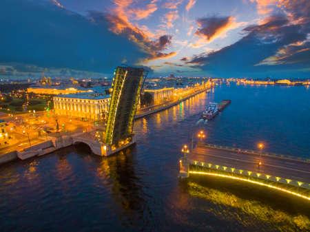 彼得斯堡俄罗斯。在河上导航。彼德堡的白夜。货船通过桥下。涅瓦河。彼得斯堡桥梁。三一桥。