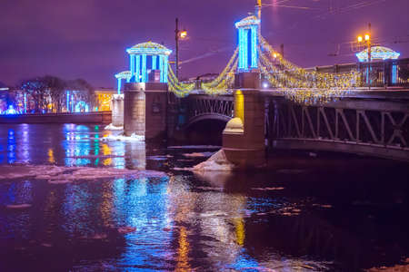 Saint Petersburg. Winter landscape of St. Petersburg. Russian cities in winter. Ice on the river. Petersburg at night. The Palace Bridge. The Palace Embankment. Christmas decoration in St. Petersburg. 免版税图像