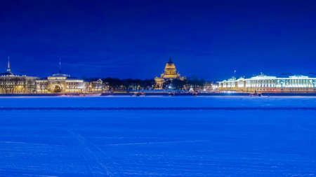 Winter Petersburg. The panorama of the river is a neva. View of St. Isaac's Cathedral. Streets of St. Petersburg. The ice is on the river Neva. Russia in the winter. Russian cities. 免版税图像
