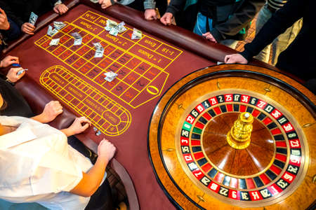 Roulette table from the top. Casino. People make bets on roulette. Money betting Gambling in the United States of America. People play gambling. Standard-Bild