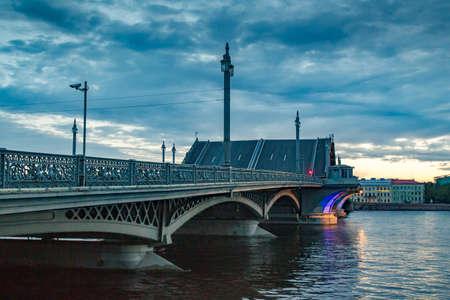 彼德堡的白夜。Blagoveshchensky桥梁。涅瓦河。在圣彼得堡扩张的桥梁。俄罗斯城市。