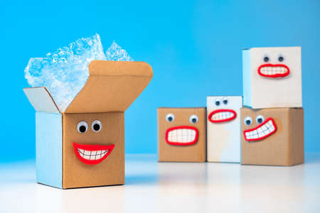 Emoji. Good emotions when receiving packages. The joy of unpacking. Happy boxes. Positive emotions from shopping. The boxes are waiting to be unpacked. Facial expressions containing boxes. Joyfulness Banque d'images