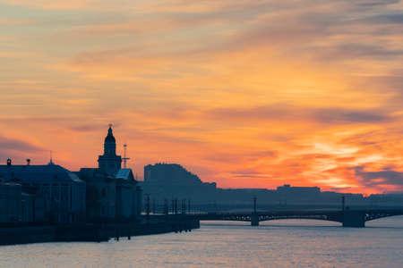 圣彼得堡。俄罗斯。白夜。Vasilievsky岛。一个城市在橙色的天空下。从涅瓦河到Vasilievsky岛的看法。宫桥。圣彼得堡的桥梁。彼得堡的河流。