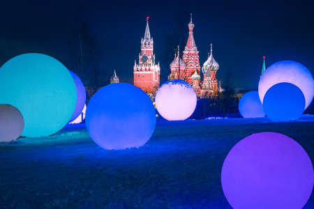 Christmas decorations in Moscow. Glowing balls on the background of the Moscow Kremlin. Christmas decorations in the center of the Russian capital. Christmas in Moscow. Winter trip to Russia. 版權商用圖片