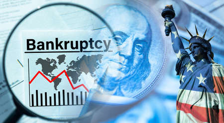 Bankruptcy in the United States. Bankruptcy inscription next to the Statue of Liberty. Magnifying glass as a symbol of financial analysis. Concept - economic crisis Stockfoto
