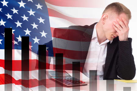 Disgruntled American trader. Investor learned about problems in US stock market. Concept of a fall in American stock market. United States stock market crashed. American traders have problems. Foto de archivo