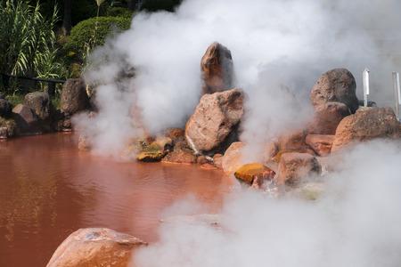Vér tó Pokol egyik kilenc égő poklok meleg tavasszal sen Beppu, Oita, Japán ősszel