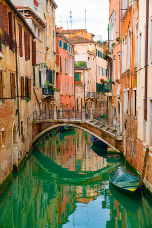 Vista sobre el canal con góndola y lancha agua / río Foto de archivo