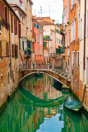 Vue sur canal avec gondole et bateau à moteur eau / rivière Banque d'images