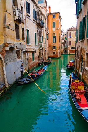 Italië - 20 mei 2019: Uitzicht op kanaal met gondelboot en motorbootwater / rivier