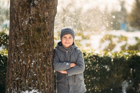 In perfect winter weather the boy poses to the photographer 免版税图像