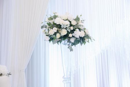 Bukiet ślubny w restauracji na stole