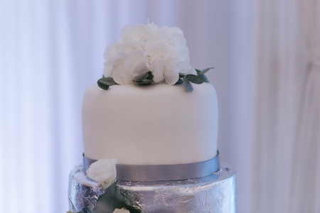 Beautiful wedding cake decorated with flowers. Silver and white color Banque d'images - 120460046