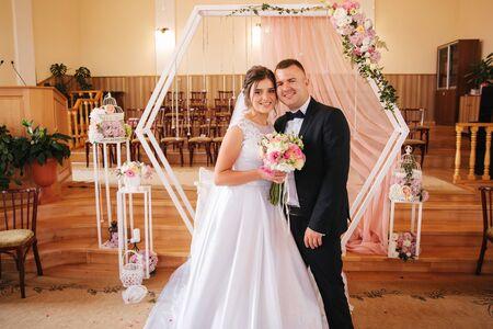 Beau couple de mariage dans l'église. Marié juste marié et mariée. Famille