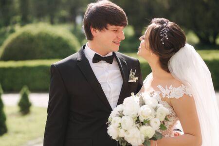 Retrato de primer plano de la hermosa pareja de novios. Novio guapo con novia hermosa Foto de archivo
