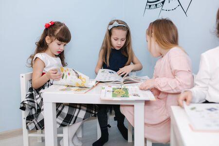 Intelligente Kinder lernen in der Prescool-Klasse. Weibliche Kinder spielen im Kindergarten