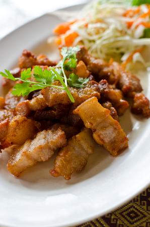 spanferkel: Gebratener Schweinebauch mit Fischsauce, ein Thai-Küche.