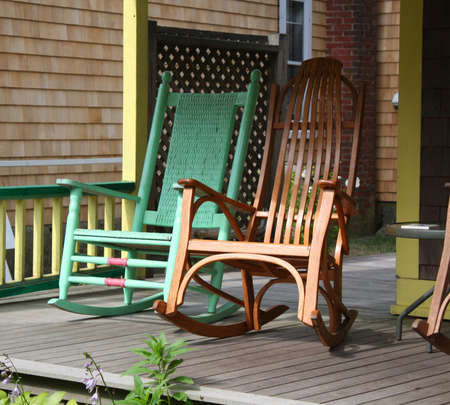 Rocking Chairs on a Martha s Vineyard Porche Stockfoto