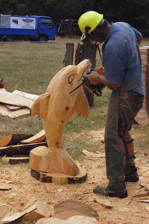 sculptor: Chainsaw sculptor at work