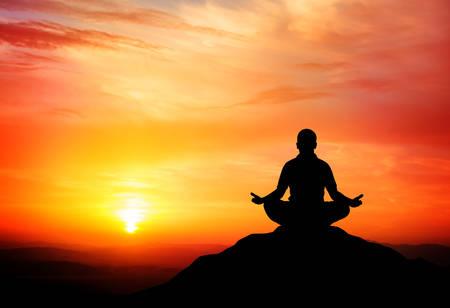 Man mediteert in de natuur. Vector illustratie.
