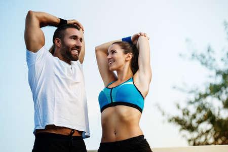 야외에서 운동을하는 행복 한 커플. 스톡 콘텐츠