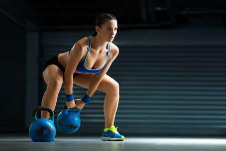 Entrenamiento de la mujer de la aptitud de pesas rusas.