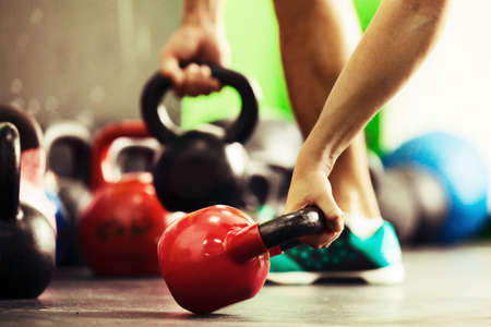 Handtraining door kettlebell. Stockfoto - 63086056
