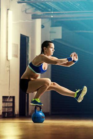 Fitness vrouw opleiding door kettlebell. Stockfoto