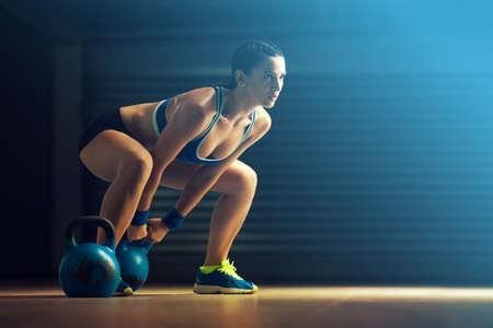 Fitness donna formazione con kettlebell.