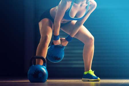 Fitness donna formazione con kettlebell. Archivio Fotografico - 70251185