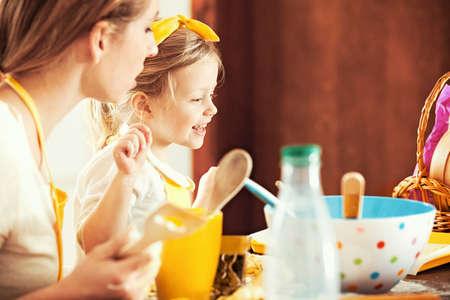 nudelholz: Mama und Tochter backen Kuchen. Lizenzfreie Bilder