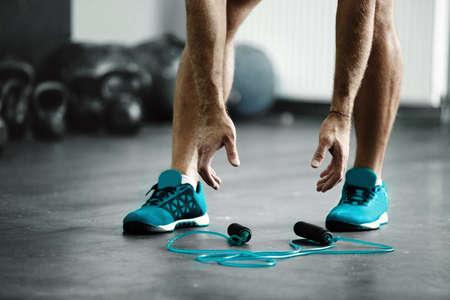 El hombre joven del atleta está listo para el ejercicio con la cuerda Foto de archivo - 81217684
