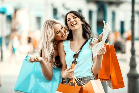 若くて魅力的な女性は、買い物を楽しんでいます。