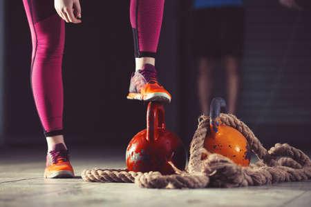 若い選手の女性ジムで運動。