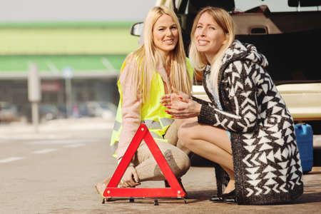 Joven y bella mujer tener problemas con el coche. Están esperando ayuda. Foto de archivo - 86441615