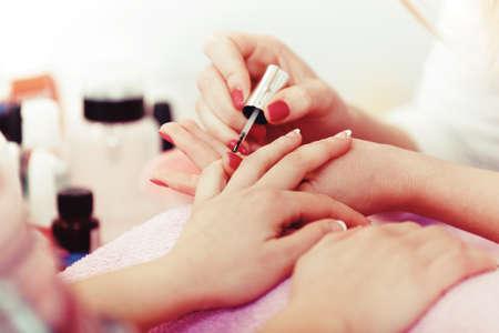 Goed verzorgde nagels. Vrouwelijke nagels die manicure ontvangen. Stockfoto